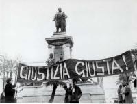 """""""Manifestazione di protesta a piazza Cavour in occasione dell'inaugurazione dell'anno giudiziario '69. Striscione: """"""""Giustizia giusta!"""""""" (BN) ottima,"""