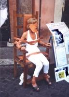 """""""manifestazione a Fontana di Trevi. Emma Bonino bendata seduta su una sedia elettrica. Accanto cartello: """"""""clemency for Gary Graham"""""""""""""""