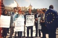 """""""Zevi, Caravaggi, Pezzuto durante una manifestazione in Israele con cartelli al collo: """"""""pour les etats unis d'europe"""""""" e badiera UE"""""""