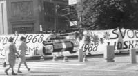 """""""manifestazione radicale a Praga nell'anniversario della repressione della """"""""primavera di Praga"""""""". Radicali dispiegano uno striscione lunghissimo che"""