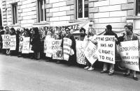 """""""manifestazione contro la pena di morte davanti all'ambasciata russa a Roma. Manifestanti con cartelli: """"""""the State has not right to kill"""""""", """"""""no al t"""