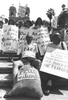 """""""manifestazione """"""""affinchè la politica non vada in vacanza"""""""". Piazza di Spagna. Stanzani e altri radicali seduti sulla scalinata con cartelli: """"""""lo st"""