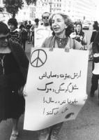 Carovana per il disarmo Bruxelles-Varsavia Adele Faccio con cartello al collo scritto i arabo, simbolo della pace, pecetta del sole che ride sulla fro