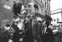 manifestazione della Lista Pannella contro l'inciucio tra Berlusconi e D'Alema per le amministrative '95. Bernardini vestita da sposa con una enorme m