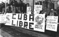 """""""manifestazione radicale davanti all'ambasciata cubana. Striscione: """"""""Cuba libre e logo PR"""""""", militanti con cartelli: """"""""Cuba, voto, non fucilazione"""""""""""