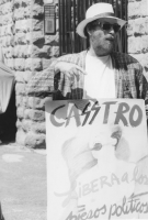 """""""Jorge Carruana, esule cubano, con cartello al collo: """"""""Casstro libera a los presos politicos"""""""" durante una manifestazione all'ambasciata di Cuba. (BN"""