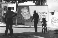 l'effige di Fidel Castro compare su un grande poster nelle strade di Cuba (BN)