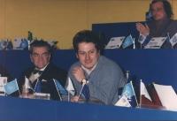 ritratto di Liguori (direttore di Studio Aperto) seduto sul palco del 36° congresso PR II sessione A sinistra: Bruno Zevi