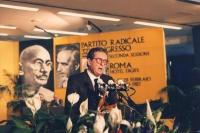 ritratto di Carlo Ripa Di Meana che parla dalla tribuna del 32° congresso PR II sessione