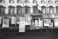 """""""Manifestazione davanti Palazzo Chigi affinchè il Governo renda possibile al sindaco di Sarajevo Kresevljakovic che era stato portato a Roma da un aer"""