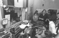 foto di gruppo della redazione di Radio radicale con macchinari: Vigevano, Ferro, Stanzani, Novi, Franceschetti (BN) ottima. Nelle altre, altre foto r