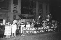 comizio di Pannella e Fini (presidente di AN) al Quirinale in difesa dei referendum. Pannella e Fini, sorridenti, stretta. (BN) ottima 1182 bis: manif