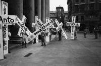 """""""Pantheon. manifestazione esperantista dell'ERA (esperanto radikalia associo). Militanti portano delle enormi croci di polistirolo con su scritto: """"""""e"""