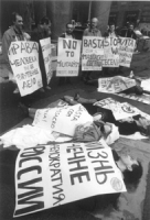 """""""Pantheon, manifestazione radicale, militanti sdraiati per terra e con cartelli al collo: """"""""no to miliarism PR"""""""", """"""""basta con il massacro in Cecenia"""""""""""