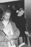 Sting (cantante Rock) tiene in mano una pubblicazione del PR in inglese. (BN)