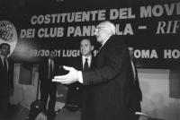 Pannella riceve Berlusconi sul palco della Costituente del mcp. Banner. (BN) ottimo