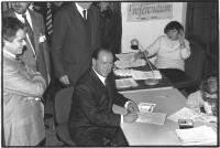 Berlusconi firma a Milano i 20 referendum riformatori. Berlusconi sorridente tiene in mano un modulo delle firme (BN) ottima importante