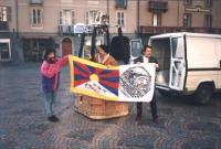 """""""Lucio Bertè ed altri due militanti tengono una bandiera tibetana e del PR prima di salire su una mongolfiera su cui è scritto: """"""""save Tibet"""""""". Import"""