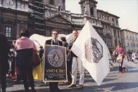 """Tenda tibetana a piazza Navona a Roma. Roberto Spagnoli con bandiera PR e Antonio Stango con manifesto """"vivo il Tibet"""""""