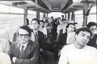 Rutelli, Stango, Bertè ed altri militanti mentre all'interno di un pullman si recano a Bratislava per la carovana antimilitarista  (BN) buona  Nelle a