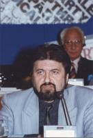 ritratto di Milan Djukic (vicepresidente della Camera dei Deputati della Croazia) in occasione di un'assemblea del Consiglio Federale del PR. In secon