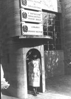 """5° Marcia antilimitarista internazionale. Un partecipante indossa il cartello: """"No al nucleare militare e civile"""", dentro una garritta di guardia. (BN"""
