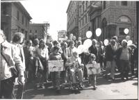 Marcia di Pasqua '82. Manifestanti in marcia. Emma Bonino spinge la carrozzella al premio Nobel Philip Noel Baker, Vetere (sindaco di Roma), Pinto e a