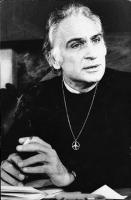 Marco Pannella con. maglione nero, medaglione con simbolo della pace al collo, sigaretta in mano. (BN) Ottima, famosa. Nelle altre: ritratti vari di P