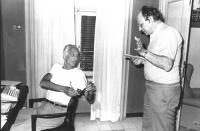 Pannella in un appartamento dell'Hotel Minerva, davanti ad una macchina da scrivere, magrissimo per un digiuno, parla con Luigi Del Gatto (BN) Ottima