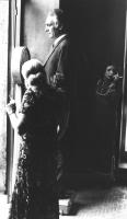 Pannella, in digiuno, si pesa su una bilancia mentre una signora lo guarda (BN)