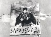 """""""Foto del manifesto rappresentante un bambino ucciso dagli sniper a Sarajevo a cui sono state disegnate un paio d'ali. (BN) Foto usata per la pagina a"""
