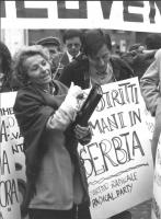 """""""manifestazione davanti palazzo Chigi per la sanvezza di Vukovar e Dubrovnik. Emma Bonino e Lorenzi con cartello al collo: """"""""diritti umani in Serbia."""