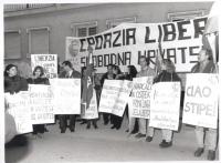 """""""manifestazione radicale davanti al palazzo in cui parlerà Stipe Mesic (ultimo presidente della 2° Jugoslavia). Striscione: """"""""Croazia Libera, slobodna"""