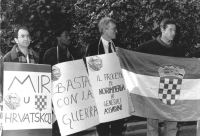 """""""manifestazione radicale davanti all'ambasciata Jugoslava. Vigevano, Guissou e altri con cartelli al collo: """"""""basta con la guerra"""""""", """"""""il processo di"""