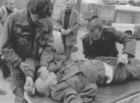 un soldato croato chiude gli occhi ad un vecchio morto durante i combattimenti in città. (BN) foto agenzia