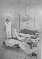 un infermiere tra i cadaveri allineati in un ospedale di Sarajevo. (BN) foto agenzia