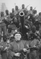 Zeljko Raznjatovic detto Arkan posa per una foto ricordo con i suoi miliziani (tutti con il volto coperto) dopo aver conquistato un tank croato. (BN)