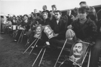 una folla di croati, ognuno dei quali ha perso una gamba, manifestano in attesa dell'arrivo dei capi di Stato dell'UE. Ognuno tiene una foto di Radic