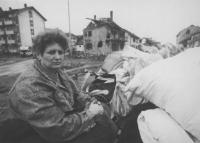 donna accanto alle sue povere cose, è rimasta senza un tetto dopo la distruzione della sua casa. (BN) foto agenzia