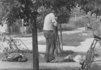 un uomo preso da orrore alla vista di due cadaveri lungo la strada che stava percorrendo. (BN) foto agenzia