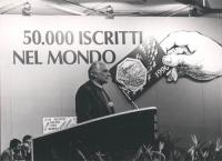 """Pannella parla dalla tribuna del 2° Congresso italiano del PR. (BN)  Banner """"50.000 iscritti nel mondo e tessera del 1990"""""""