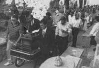 funerale di un uomo morto sotto il bombardamento. (BN) foto agenzia