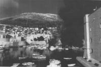 il porto di Dubrovnik in fiamme dopo l'attacco della marina federale Jugoslava. (BN) foto agenzia