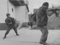 soldati della guardia nazionale croata impegnati in una sparatoria a Laslovo, vicino Osijek. (BN) foto agenzia