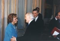 Scalfaro riceve al Quirinale delegazione congressisti stranieri del 36° congresso PR II sessione. Scalfaro stringe la mano ad Emma Bonino