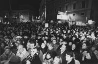 comizio di Pannella e Fini (presidente di AN) al Quirinale in difesa dei referendum. La folla che assiste al comizio. (BN)