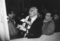 comizio di Pannella e Fini (presidente di AN) al Quirinale in difesa dei referendum. Pannella fa un gesto curioso. Accanto a lui Fini e Tajani. (BN)