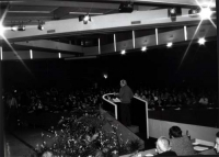 Stanzani parla alla tribuna del 4° Congresso italiano del PR (molto larga, di spalle).