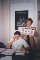 Tesseramento '93. Emma Bonino sorridente accanto ad un militante che raccoglie le iscrizioni per telefono, tiene in mano un cartello col numero di tel