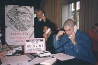 """""""Tesseramento '93. Logo PR con scritta: """"""""iscrivetevi al PR"""""""". Davide Tutino e René Andreani al telefono raccolgono iscrizioni. Cartello col numero di"""